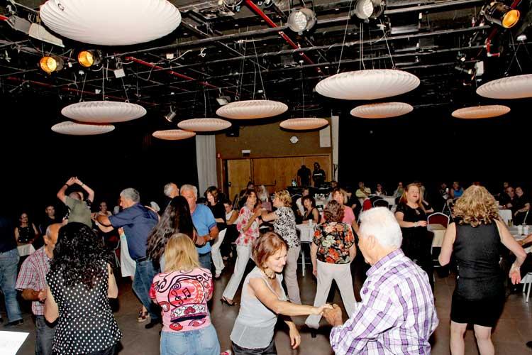 מסיבת ריקודים סלוניים למבוגרים עם ריקוד זוגות מהיר